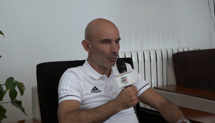 Conférence de presse de M. Batelli, sélectionneur de l'équipe nationale A des locaux