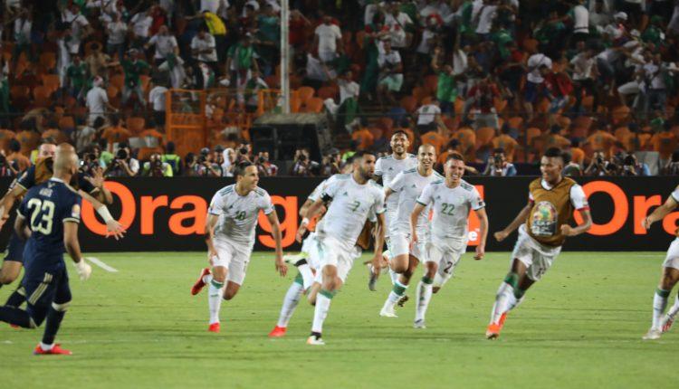 الجزائر 2 – نيجيريا 1 : فرحة اللاعبين بعد الفوز على نيجريا و المرور إلى النهائي