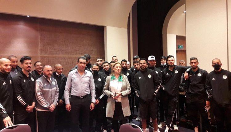 رئيسة جمعية الصداقة الجزائري – الهولندية تزور الخضر بمقر إقامتهم